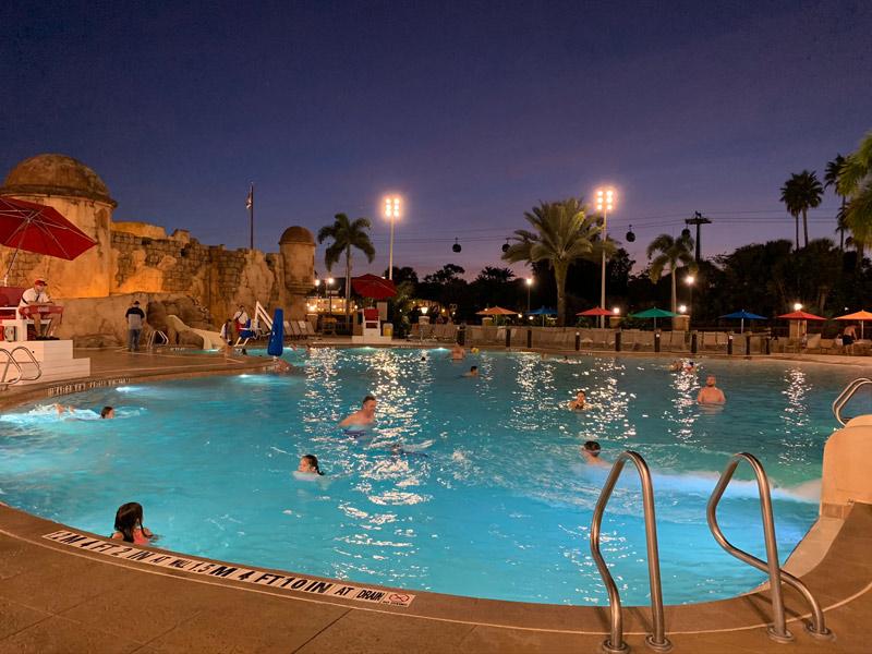 hotel-caribbean-beach-piscina-anoitecendo