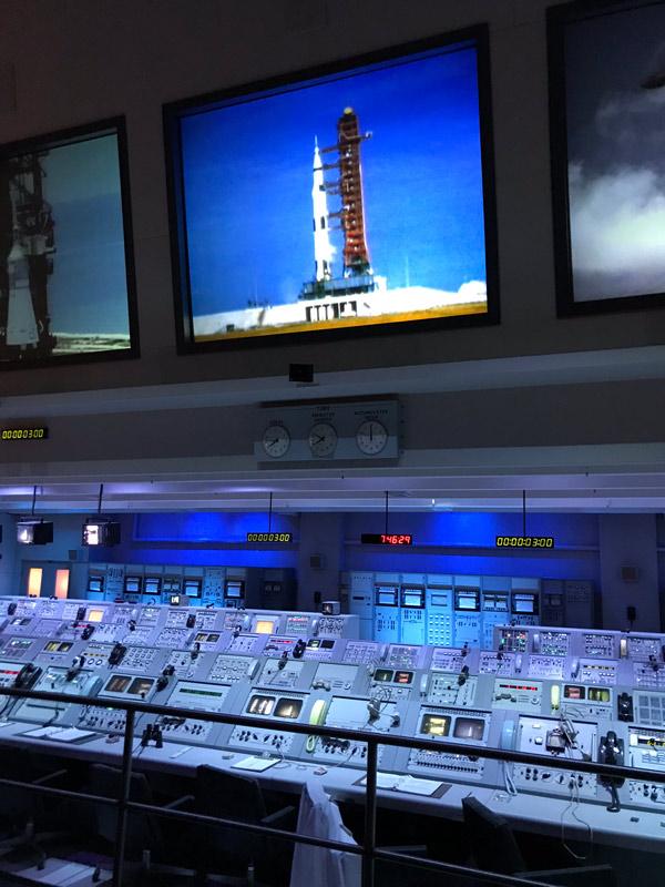 Assistindo a uma simulação de lançamento no controle da missão no Kennedy Space Center
