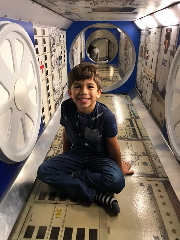 Eric na réplica dos módulos da Estação Espacial Internacional