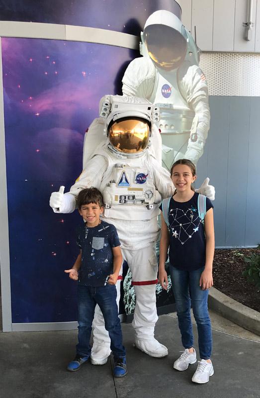 """Julia e Eric com um """"astronauta"""" no Kennedy Space Center"""