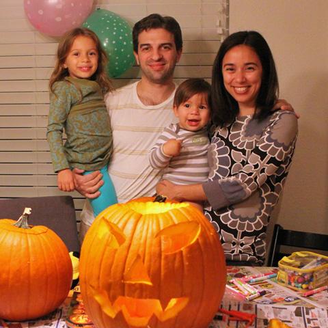 A família toda fazendo as abóboras de 2012