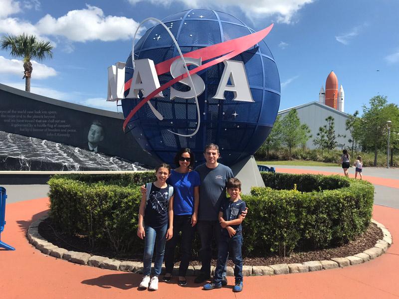 Foto de família na entrada da NASA: Kennedy Space Center