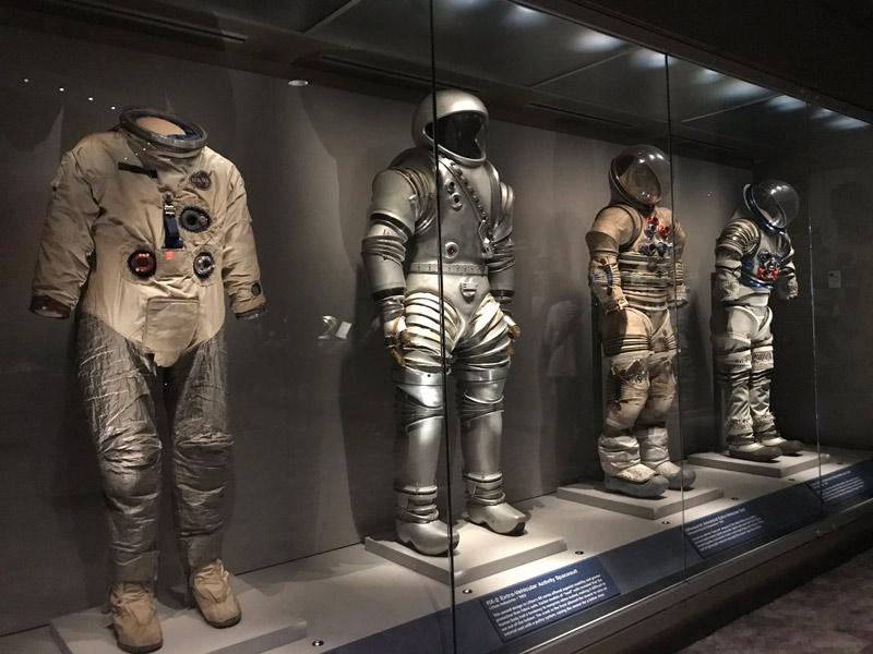 Exposição mostrando o desenvolvimento dos trajes espaciais