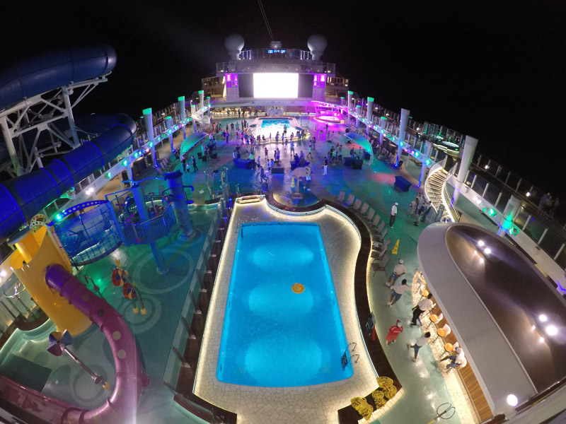 deck da piscina do Norwegian Bliss iluminado