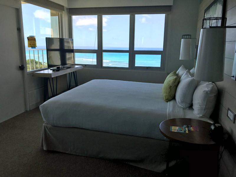 Um dos quartos do hotel Queen Kapiolani que tem vista para o mar, esse é de quina