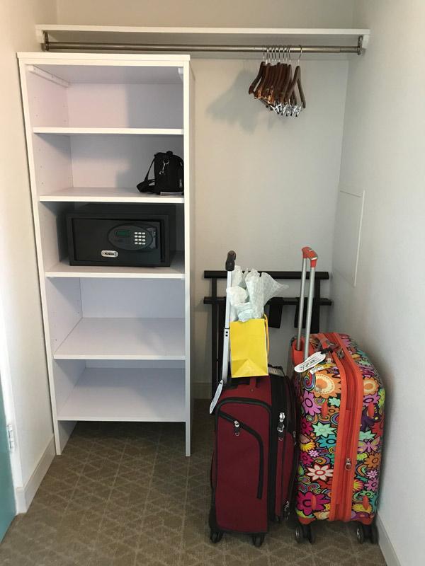 Closet do quarto, pequeno
