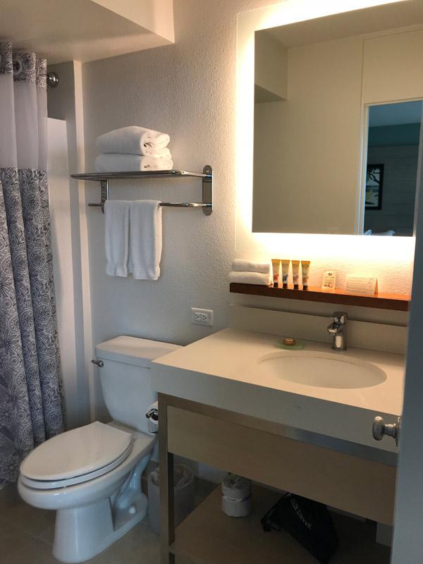 O banheiro é básico mas estava limpo e novo
