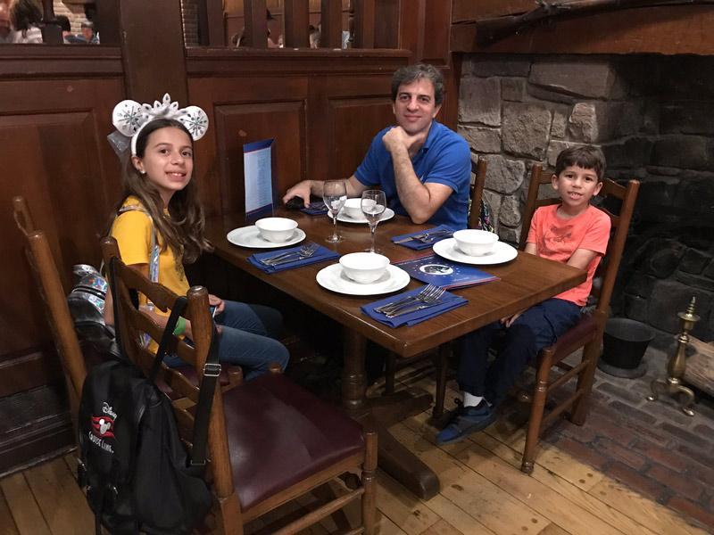 Gabe, Julia e Eric no Liberty Tree Tavern
