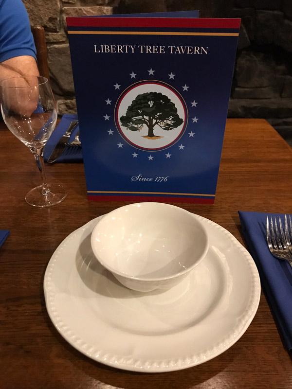 O menu e a louça do Liberty Tree Tavern