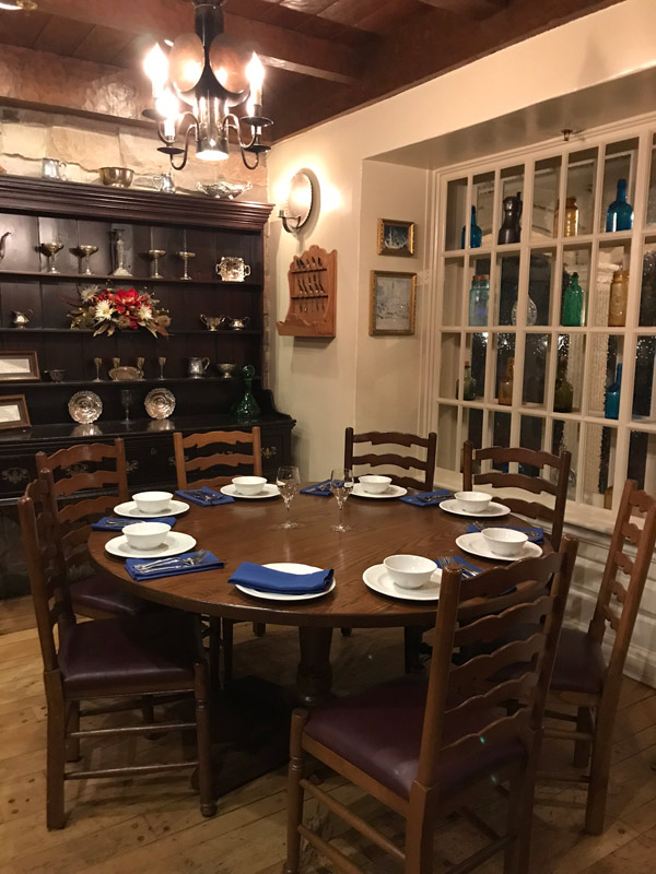 Uma das mesas, decoração do período colonial