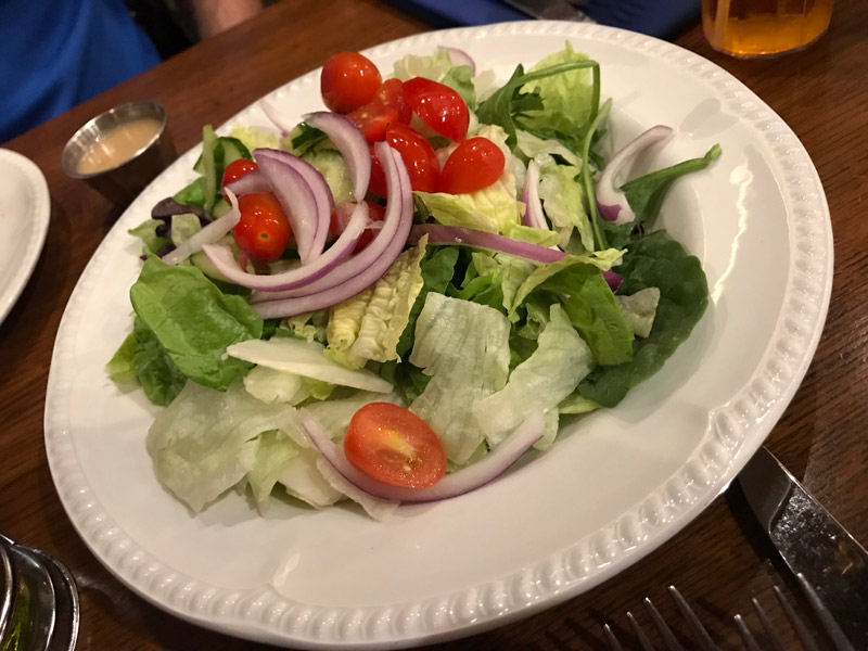 Salada Family Style, pedimos sem o molho, no Liberty Tree Square