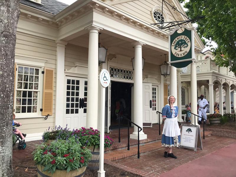 Entrada do restaurante Liberty Tree Tavern em Liberty Square, no Magic Kingdom