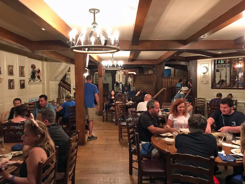 O restaurante é decorado como se fosse na época colonial americana