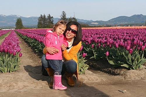 Eu e a Julia curtindo as tulipas em Skagit Valley