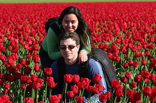 Eu e Gabe nos campos de tulipas em Skagit Valley, WA