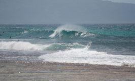Surfistas em Waimanalo em fevereiro